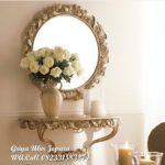 meja rias dan pigura cermin